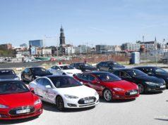 Tesla Model S im Hamburger Hafen Auto fahren