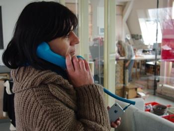 Wie früher: Telefonhörer zwischen Schulter und Ohr einklemmen