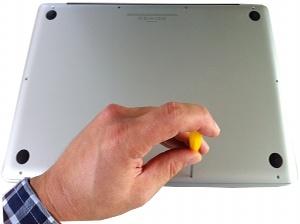 Die zehn Schrauben auf der Unterseite des MacBooks lösen (c) dk