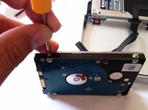 Die vier Torx-Schrauben an der alte Festplatte abdrehen (c) dk